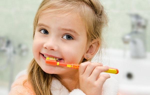 vệ sinh răng sữa cho bé